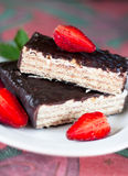 Κέικ βαφλών σοκολάτας και strawberrys στο πιάτο στο tablec Στοκ φωτογραφία με δικαίωμα ελεύθερης χρήσης