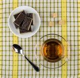 Κέικ βαφλών στο πιατάκι, το κουταλάκι του γλυκού, τη ζάχαρη και το φλυτζάνι του τσαγιού Στοκ Φωτογραφία