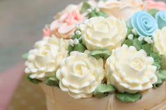 Κέικ γάμου ή γενεθλίων που διακοσμείται με τα λουλούδια που γίνονται από την κρέμα Στοκ φωτογραφίες με δικαίωμα ελεύθερης χρήσης
