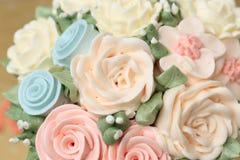 Κέικ γάμου ή γενεθλίων που διακοσμείται με τα λουλούδια που γίνονται από την κρέμα Στοκ φωτογραφία με δικαίωμα ελεύθερης χρήσης