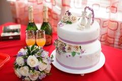 Κέικ γαμήλιας μαστίχας που διακοσμείται με τα λουλούδια και τους αριθμούς γατών, κινηματογράφηση σε πρώτο πλάνο Στοκ Εικόνες