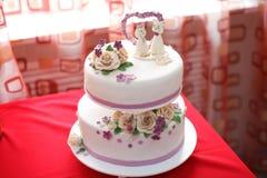 Κέικ γαμήλιας μαστίχας που διακοσμείται με τα λουλούδια και τους αριθμούς γατών, κινηματογράφηση σε πρώτο πλάνο Στοκ φωτογραφίες με δικαίωμα ελεύθερης χρήσης