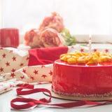 Κέικ γενεθλίων με ένα κερί και το κόκκινο πάγωμα Εθνικό αρτοποιείο Στρογγυλό κέικ με το μάγκο στοκ φωτογραφίες