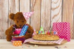 Κέικ γενεθλίων με τα κεριά για το κόμμα παιδιών Στοκ εικόνες με δικαίωμα ελεύθερης χρήσης