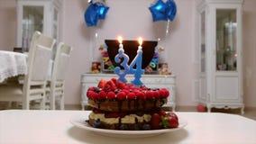 Κέικ γενεθλίων με τα φρούτα και τη σοκολάτα απόθεμα βίντεο