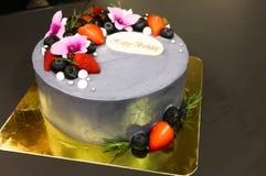Κέικ γενεθλίων με τη φράουλα και το βακκίνιο Στοκ εικόνα με δικαίωμα ελεύθερης χρήσης