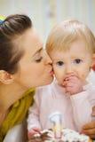 κέικ γενεθλίων μωρών που τρώει τη φιλώντας μητέρα Στοκ εικόνα με δικαίωμα ελεύθερης χρήσης