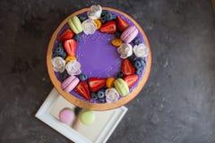 Κέικ γενεθλίων παιδιών ` s Στο κέικ υπάρχουν βακκίνια και φράουλες μούρων, πορφυρά και πράσινα macaroons Στοκ φωτογραφίες με δικαίωμα ελεύθερης χρήσης