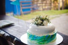 Κέικ γενεθλίων που διακοσμείται από τα λουλούδια στο ξύλινο υπόβαθρο Στοκ Εικόνες