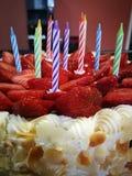 Κέικ γενεθλίων φραουλών με τα κεριά Στοκ φωτογραφία με δικαίωμα ελεύθερης χρήσης