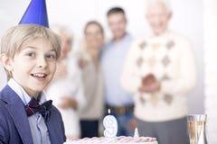 Κέικ γενεθλίων εκμετάλλευσης αγοριών Στοκ Εικόνα