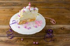 Κέικ γενεθλίων μαρέγκας στη στάση κέικ Στοκ Εικόνες