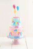 Κέικ γενεθλίων με τα μπαλόνια Στοκ φωτογραφία με δικαίωμα ελεύθερης χρήσης