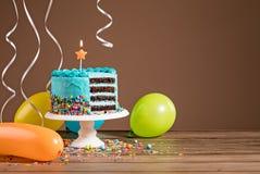 Κέικ γενεθλίων με τα μπαλόνια Στοκ Φωτογραφία