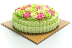Κέικ γενεθλίων με τα λουλούδια στο λευκό Στοκ Εικόνες