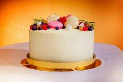 Κέικ γενεθλίων με την κρέμα, τους νωπούς καρπούς και τη φωτογραφική διαφάνεια μούρων Στοκ Εικόνες