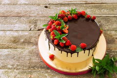 Κέικ γενεθλίων με τη φράουλα Στοκ φωτογραφία με δικαίωμα ελεύθερης χρήσης