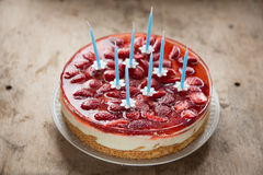 Κέικ γενεθλίων με τις φράουλες και τα κεριά Στοκ Εικόνες