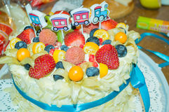 Κέικ γενεθλίων με τους νωπούς καρπούς και τα μούρα Στοκ φωτογραφία με δικαίωμα ελεύθερης χρήσης