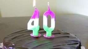 Κέικ γενεθλίων με το κερί 40 στην κορυφή απόθεμα βίντεο