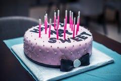 Κέικ γενεθλίων με το τόξο Στοκ εικόνες με δικαίωμα ελεύθερης χρήσης