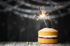Κέικ γενεθλίων με το sparkler Στοκ Εικόνες