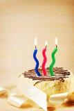 Κέικ γενεθλίων με τρία καίγοντας κεριά Στοκ Φωτογραφίες