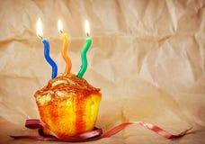 Κέικ γενεθλίων με τρία καίγοντας κεριά Στοκ εικόνα με δικαίωμα ελεύθερης χρήσης