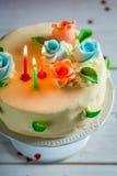 Κέικ γενεθλίων που διακοσμείται με τα κεριά και τα τριαντάφυλλα Στοκ φωτογραφία με δικαίωμα ελεύθερης χρήσης