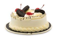 Κέικ γενεθλίων που διακοσμείται με την άσπρες κρέμα, τα κεράσια και τη σοκολάτα Στοκ Εικόνες