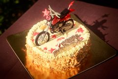 Κέικ γενεθλίων που διακοσμείται με τη μοτοσικλέτα και τα κόκκινα αστέρια Στοκ φωτογραφίες με δικαίωμα ελεύθερης χρήσης