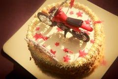 Κέικ γενεθλίων που διακοσμείται με τη μοτοσικλέτα και τα κόκκινα αστέρια Στοκ Εικόνα