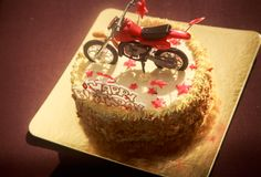Κέικ γενεθλίων που διακοσμείται με τη μοτοσικλέτα και τα κόκκινα αστέρια Στοκ Εικόνες