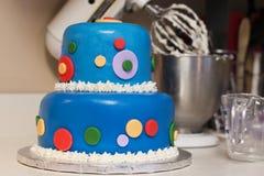 Κέικ γενεθλίων που διακοσμείται με τη χρωματισμένη Fondant τήξη Στοκ εικόνα με δικαίωμα ελεύθερης χρήσης
