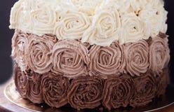 Κέικ γενεθλίων που διακοσμείται με τρία τριαντάφυλλα κρέμας σοκολάτας Στοκ Φωτογραφίες