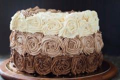 Κέικ γενεθλίων που διακοσμείται με τρία τριαντάφυλλα κρέμας σοκολάτας Στοκ εικόνα με δικαίωμα ελεύθερης χρήσης