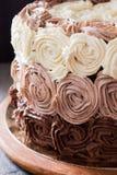 Κέικ γενεθλίων που διακοσμείται με τρία τριαντάφυλλα κρέμας σοκολάτας Στοκ Εικόνα