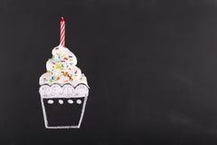Κέικ γενεθλίων στο μαύρο πίνακα κιμωλίας συρμένο φλυτζάνι Στοκ Εικόνες