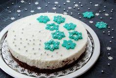 Κέικ γενεθλίων τυριών εξοχικών σπιτιών με τις νιφάδες χιονιού αμυγδαλωτού στοκ φωτογραφίες με δικαίωμα ελεύθερης χρήσης
