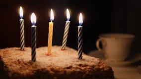 Κέικ για τα γενέθλια και τα καίγοντας κεριά απόθεμα βίντεο
