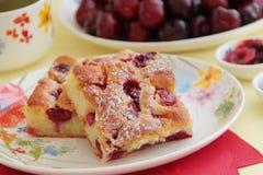 Κέικ γλυκών κερασιών, καφές και φρέσκα κεράσια επιδόρπιο σπιτικό Κλείστε επάνω την όψη στοκ εικόνα
