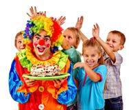Κέικ εκμετάλλευσης κλόουν στα γενέθλια με τα παιδιά ομάδας Στοκ εικόνες με δικαίωμα ελεύθερης χρήσης