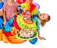 Κέικ εκμετάλλευσης κλόουν στα γενέθλια με τα παιδιά ομάδας Στοκ Φωτογραφίες