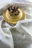 Κέικ λεμονιών και ιταλική μαρέγκα, που διακοσμούνται με τη σοκολάτα Στοκ Εικόνες
