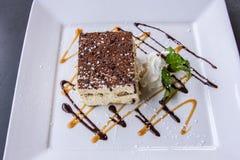 Κέικ εορτασμού καρυδιών σοκολάτας με το πάγωμα σοκολάτας Στοκ Φωτογραφίες