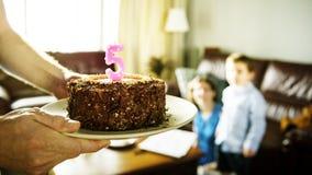 Κέικ ευτυχίας εορτασμού γενεθλίων αγοριών στο σπίτι Στοκ εικόνα με δικαίωμα ελεύθερης χρήσης