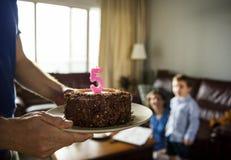 Κέικ ευτυχίας εορτασμού γενεθλίων αγοριών στο σπίτι Στοκ Φωτογραφίες