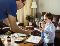 Κέικ ευτυχίας εορτασμού γενεθλίων αγοριών στο σπίτι Στοκ φωτογραφίες με δικαίωμα ελεύθερης χρήσης