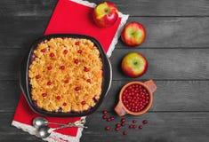 Κέικ θίχουλων επιδορπίων με τα μήλα και τα κόκκινα μούρα Στοκ εικόνα με δικαίωμα ελεύθερης χρήσης
