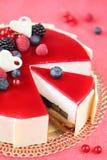 Κέικ θερινών μούρων με Mousse καρύδων στοκ φωτογραφία με δικαίωμα ελεύθερης χρήσης